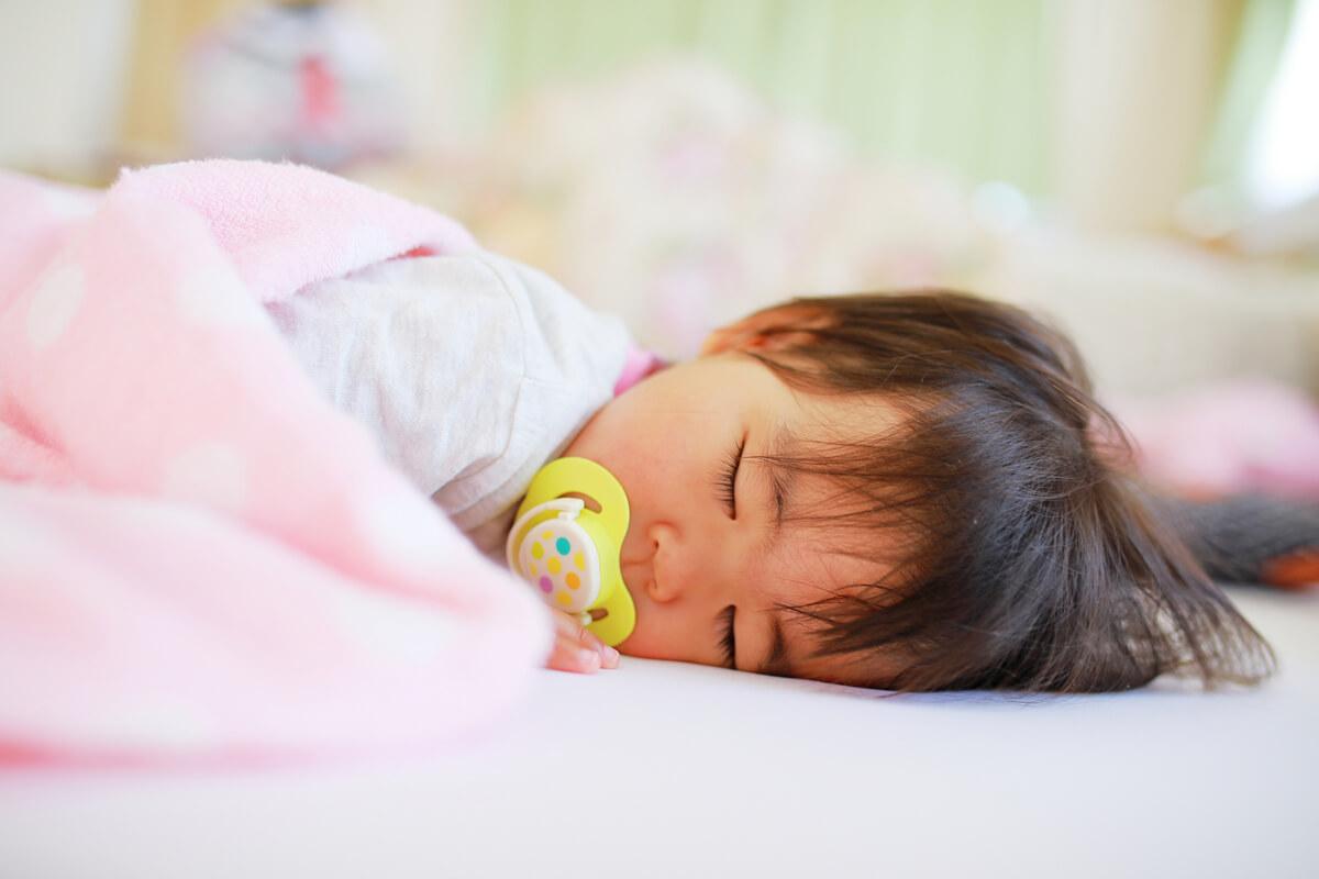 夜泣きとは違う、子供が突然泣き叫ぶ「夜驚症」。娘がなった時の対策方法を紹介。