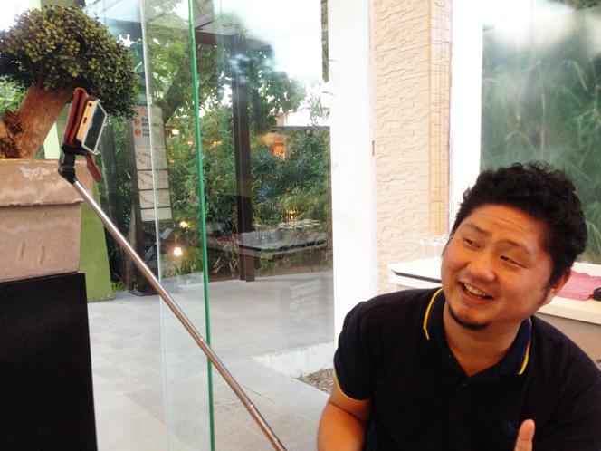 フィリピンで大流行中の自撮りアイテム「MONOPOD」