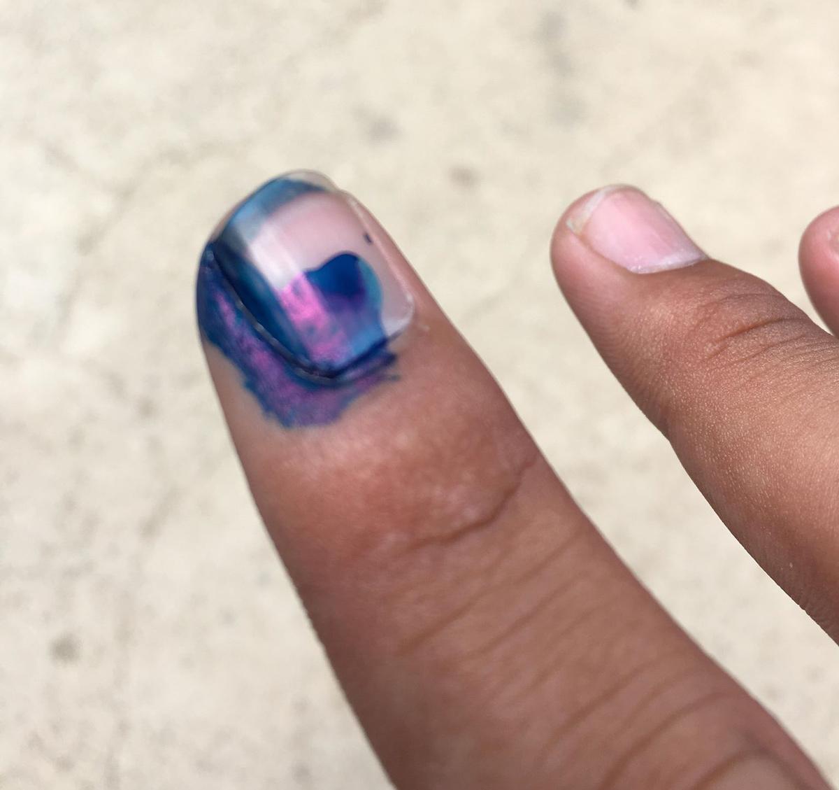 爪に色を塗る